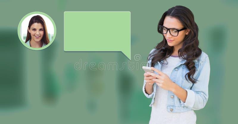 Mujer que usa el teléfono con perfil de la mensajería de la burbuja de la charla foto de archivo