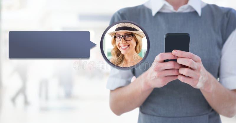 Mujer que usa el teléfono con perfil de la mensajería de la burbuja de la charla imagenes de archivo