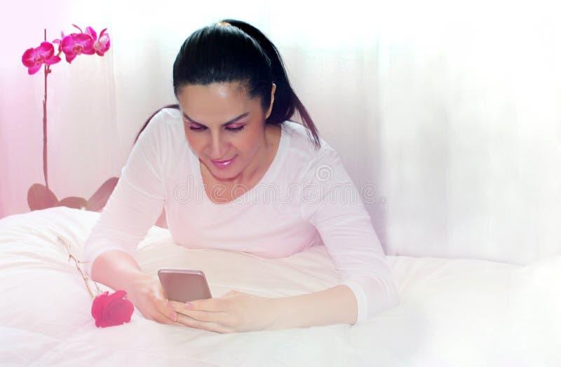 Mujer que usa el teléfono elegante imagenes de archivo