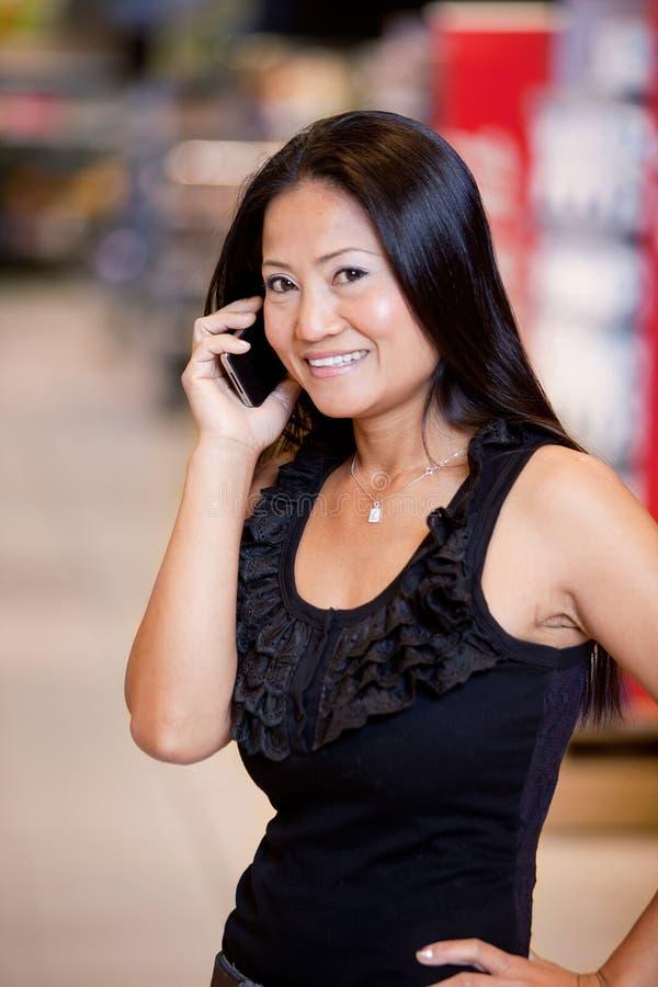 Mujer que usa el teléfono móvil foto de archivo