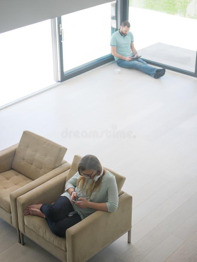 Mujer que usa el teléfono móvil imagen de archivo libre de regalías