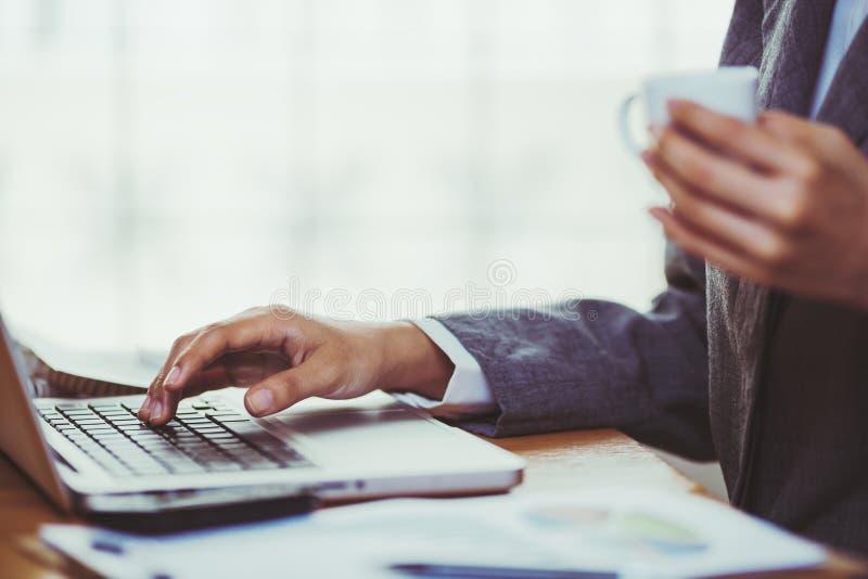 Mujer que usa la calculadora en su escritorio fotos de archivo