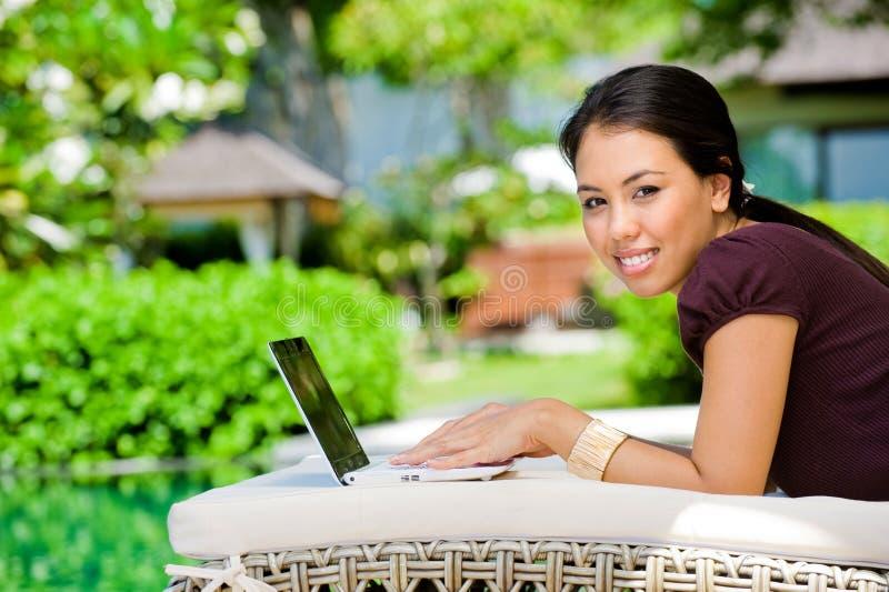 Mujer que usa la computadora portátil fotos de archivo