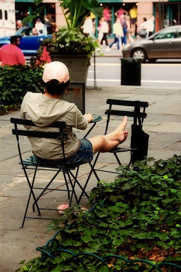 Mujer que usa la computadora portátil en parque imagen de archivo libre de regalías