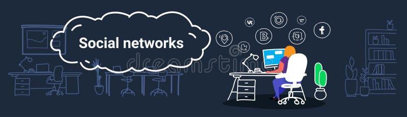 Mujer que usa a la muchacha social en línea del concepto de la comunicación de las redes de los medios de la aplicación informáti stock de ilustración