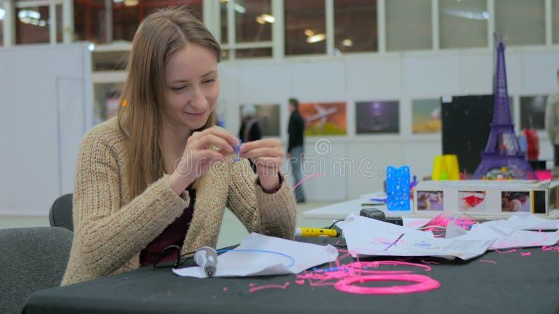 Mujer que usa la pluma de la impresión 3D imagenes de archivo