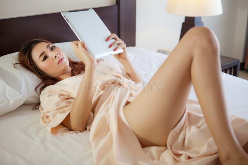 Mujer que usa la tableta fotografía de archivo libre de regalías