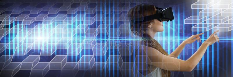 Mujer que usa la tableta que lleva las auriculares de la realidad virtual con transiciones geométricas foto de archivo