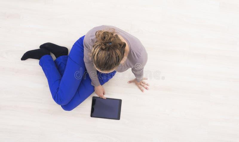 Mujer que usa la tablilla fotos de archivo libres de regalías