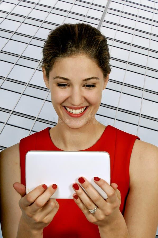 Mujer que usa la tablilla imagenes de archivo