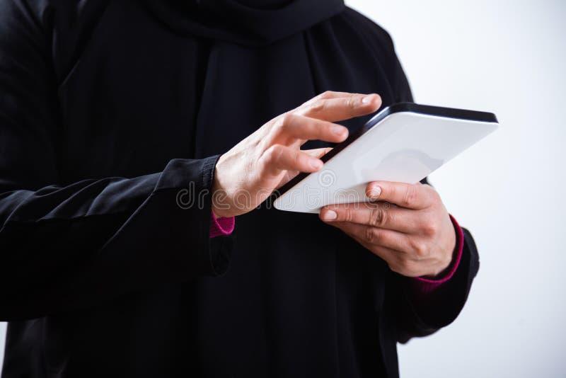 Mujer que usa la tablilla digital imagen de archivo