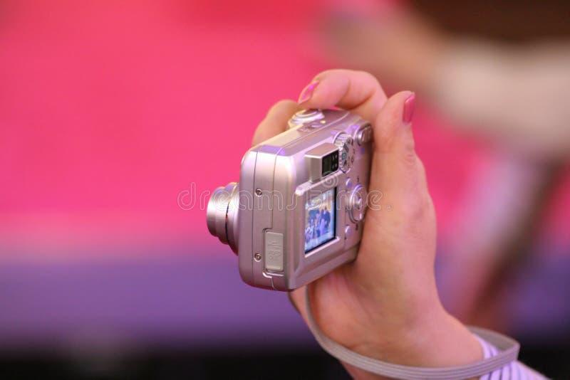 Mujer que usa las cámaras digitales fotografía de archivo