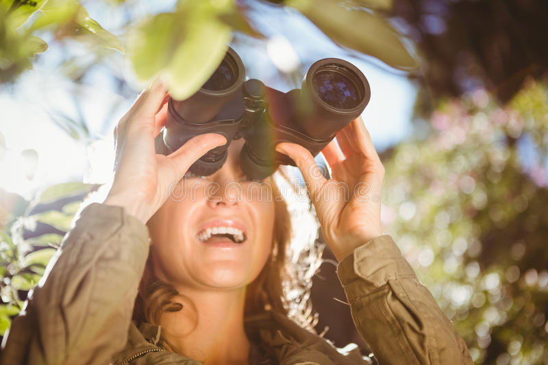 Mujer que usa los prismáticos foto de archivo
