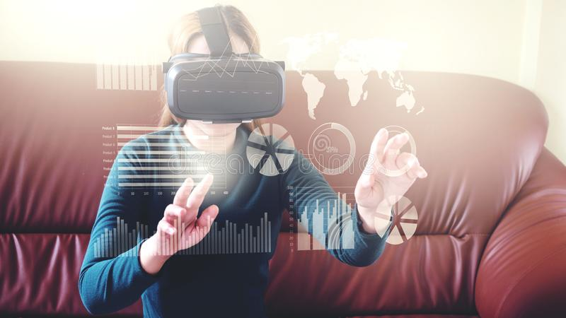 Mujer que usa los vidrios tridimensionales en vidrios o auriculares de la realidad virtual fotos de archivo