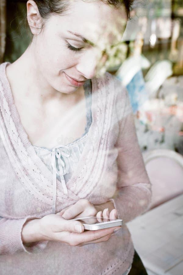 Mujer que usa smartphone imagenes de archivo