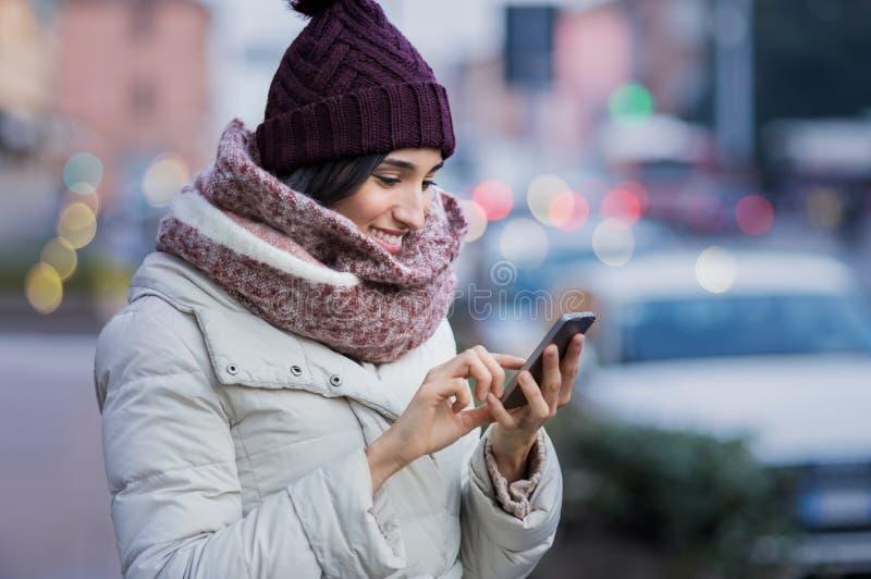 Mujer que usa smartphone imagen de archivo libre de regalías