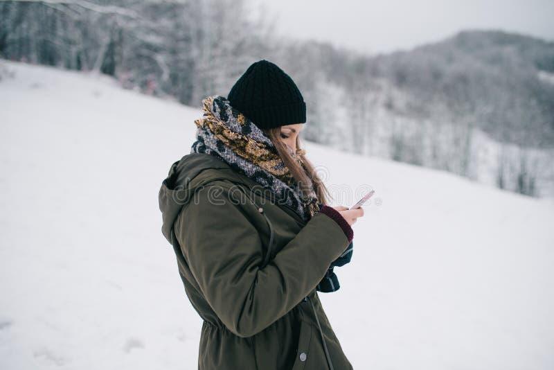 Mujer que usa smartphone móvil fotos de archivo libres de regalías