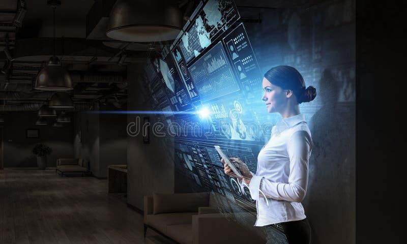 Mujer que usa tecnologías modernas Técnicas mixtas imagenes de archivo