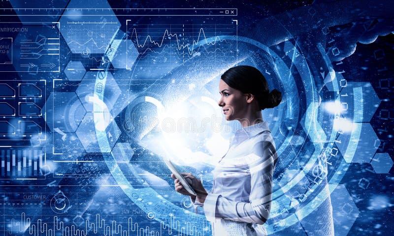 Mujer que usa tecnologías modernas Técnicas mixtas imagen de archivo libre de regalías