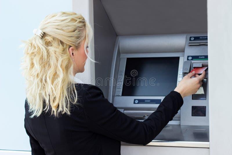 Mujer que usa un de la tarjeta de crédito imagen de archivo