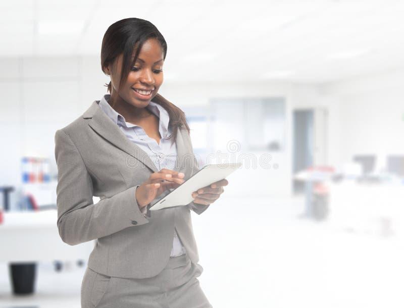 Mujer que usa un ordenador de la tablilla imagenes de archivo