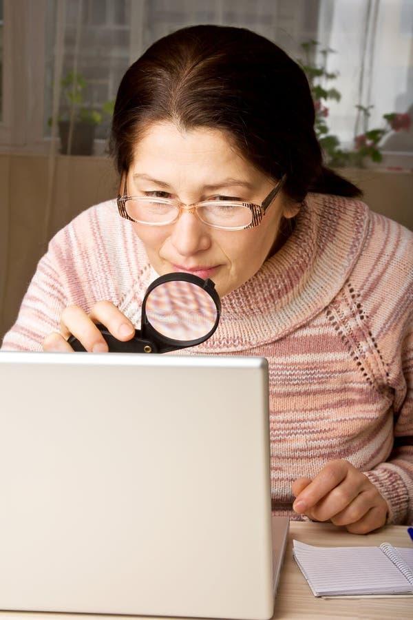 Mujer que usa una computadora portátil fotos de archivo libres de regalías