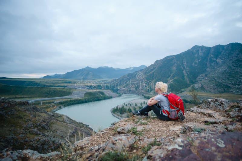 Mujer que va de excursión al aire libre Turismo de Eco fotografía de archivo libre de regalías