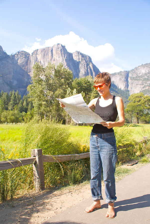 Mujer que va de excursión en rastro del bosque foto de archivo libre de regalías