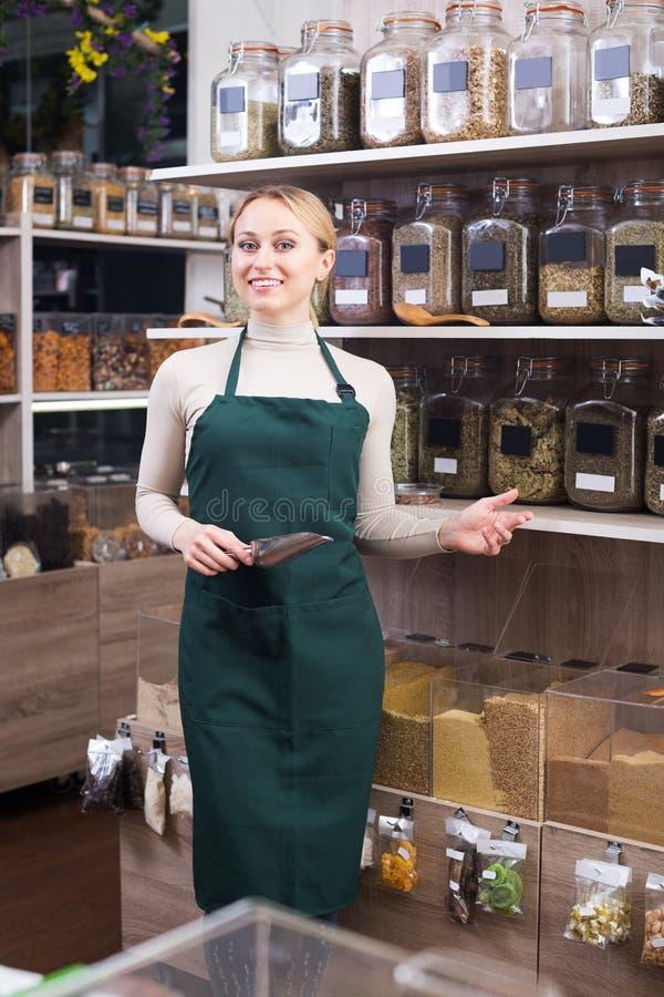 Mujer que vende en tienda orgánica imagenes de archivo