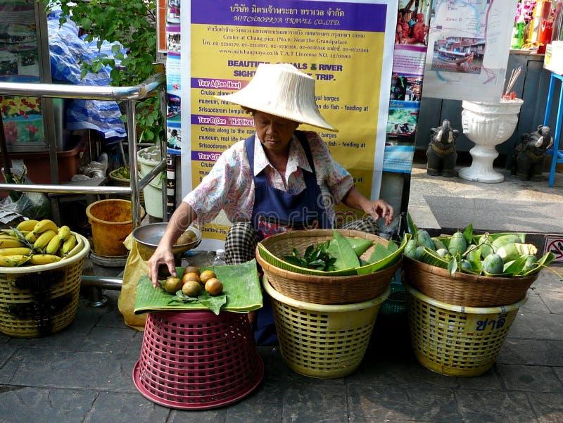 Mujer que vende la comida en Bangkok Tailandia fotos de archivo libres de regalías