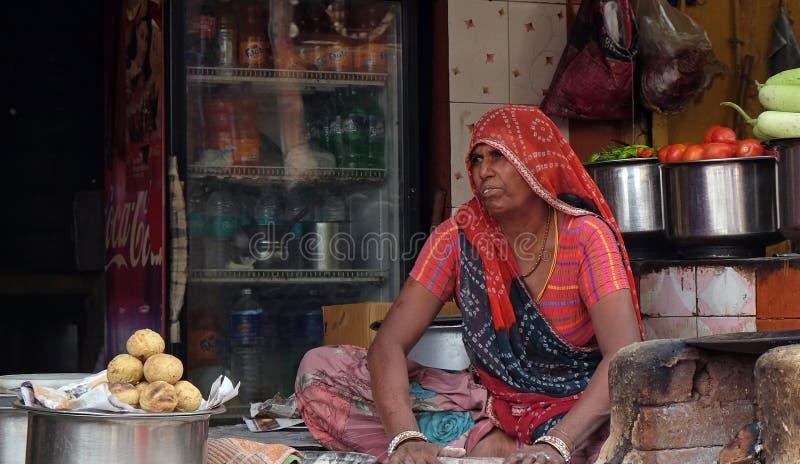 Mujer que vende la comida frita de la calle en Pushkar, la India imágenes de archivo libres de regalías