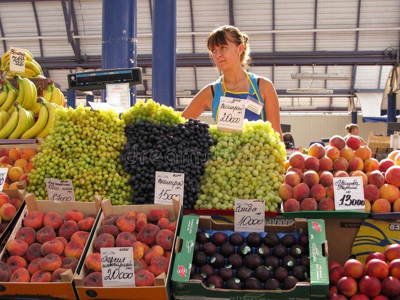Mujer que vende las frutas en el mercado de Komarovsky en los visiones Bielorrusia fotografía de archivo