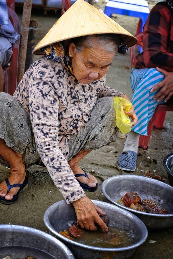 Mujer que vende pescados en la playa foto de archivo libre de regalías