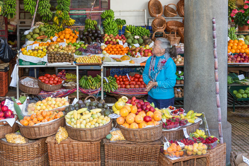 Mujer que vende verduras en el mercado de Funchal, isla de Madeira fotografía de archivo