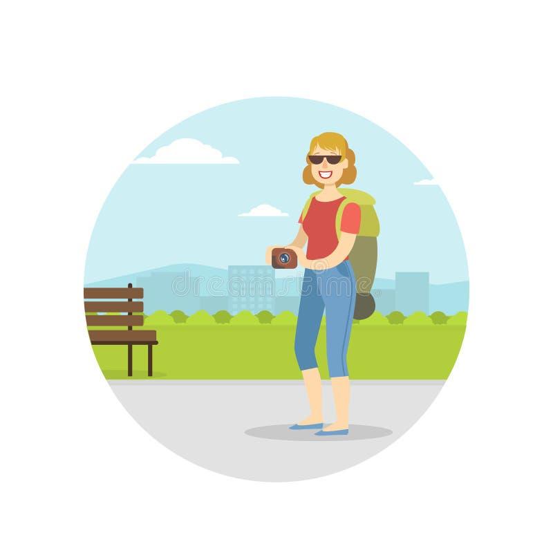 Mujer que viaja con la mochila el vacaciones de verano, la foto de visita turístico de excursión y que toma turística femenina co ilustración del vector