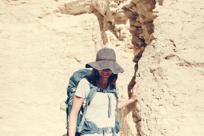 Mujer que viaja con la mochila sola fotos de archivo libres de regalías