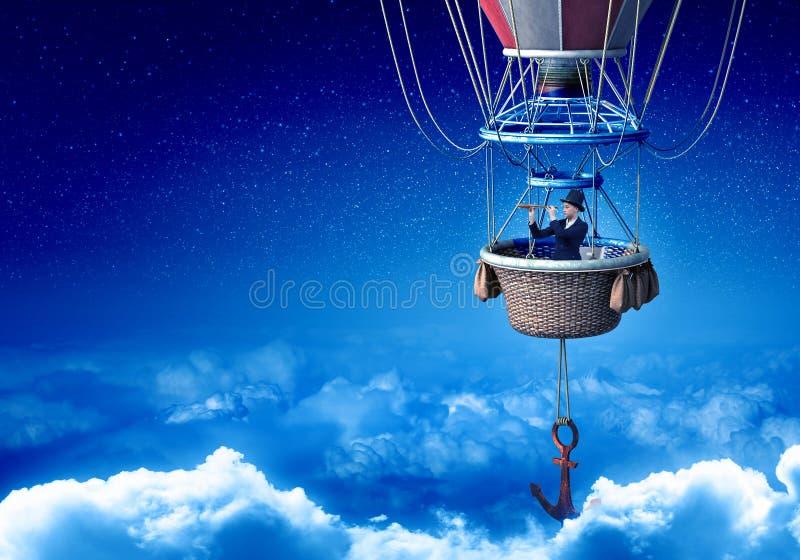 Mujer que viaja en aerostato imagen de archivo