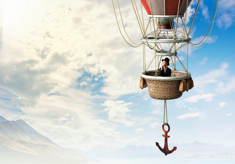 Mujer que viaja en aerostato foto de archivo