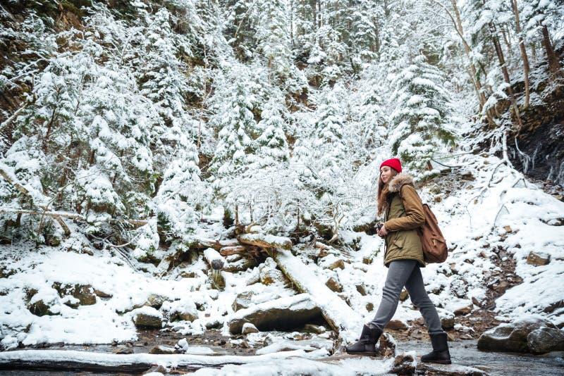 Mujer que viaja en bosque del invierno imagenes de archivo
