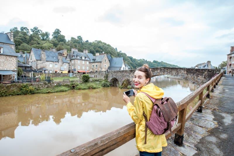 Mujer que viaja en la ciudad francesa Dinan imagenes de archivo