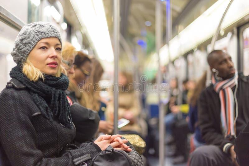 Mujer que viaja en subterráneo por completo de la gente foto de archivo libre de regalías