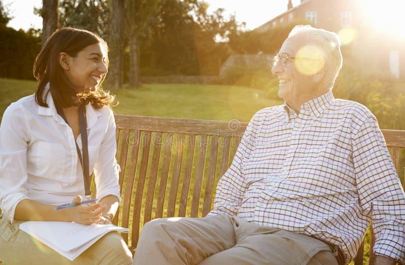 Mujer que visita al pariente masculino mayor en la instalación viva ayudada foto de archivo