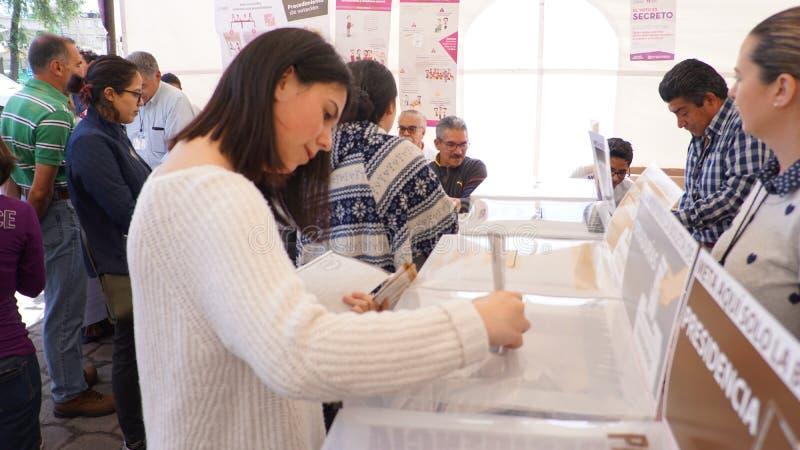 Mujer que vota en México fotografía de archivo libre de regalías