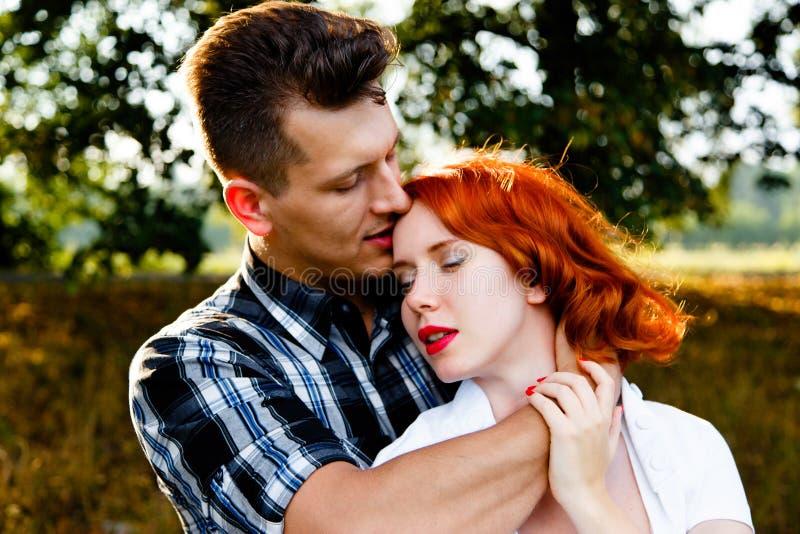 Mujer Redheaded con el hombre fotos de archivo libres de regalías
