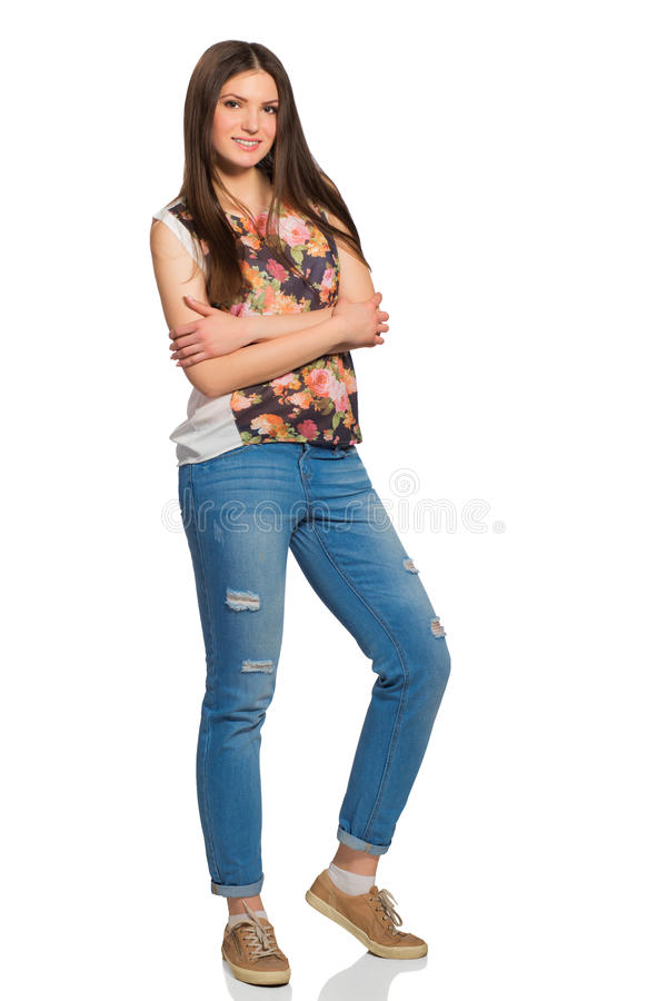 Mujer relajada joven, altura completa, con los brazos cruzados imagen de archivo libre de regalías