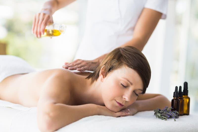 Mujer relajada que recibe el tratamiento del masaje foto de archivo libre de regalías