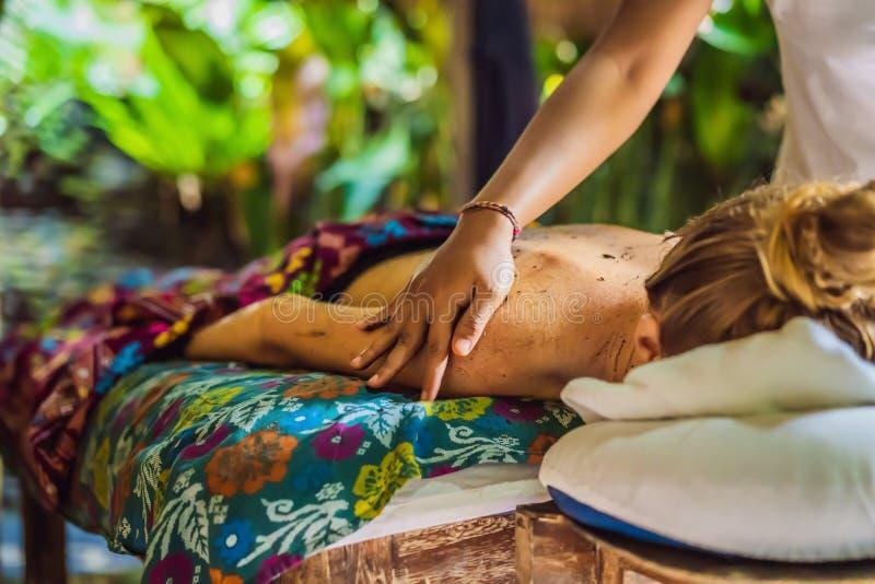 Mujer relajante hermosa joven que consigue el masaje del balneario del hombro en sal?n de belleza fotos de archivo