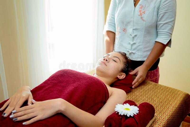 mujer relajante que consigue masaje del balneario fotografía de archivo libre de regalías