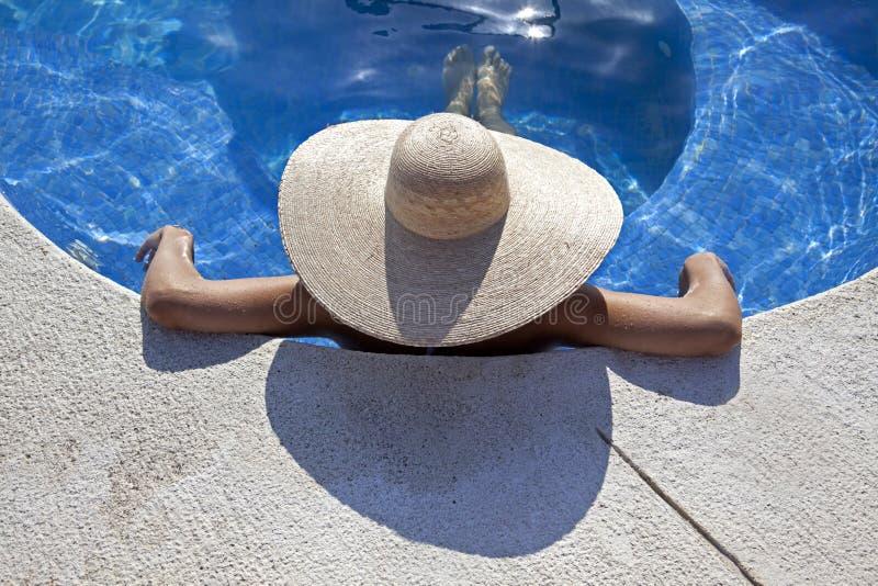 Mujer Relaxed en la piscina fotos de archivo libres de regalías