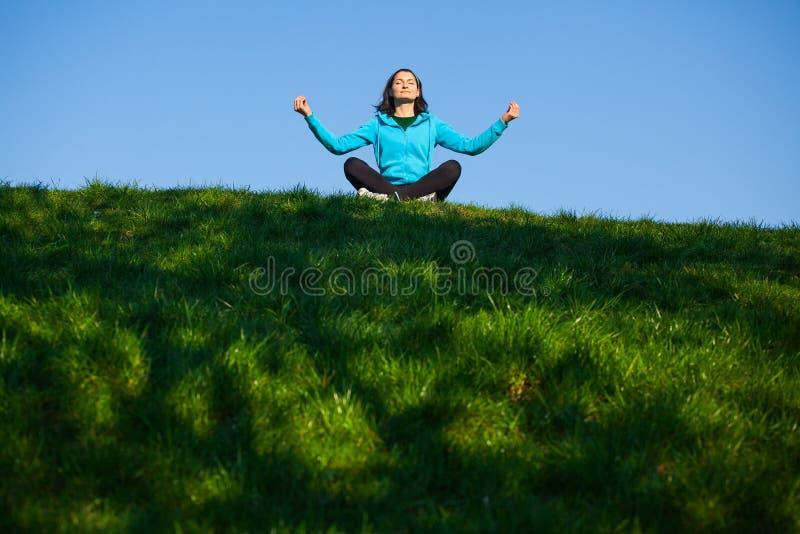 Mujer Relaxed en parque fotografía de archivo